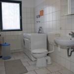Bad mit Dusche, Waschmaschine, Trockner