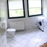 Hell, freundlich, sauber und geräumig - so ist das Badezimmer. Waschmaschine und Trocker helfen dabei, die Urlaubswäsche immer sauber zu halten.
