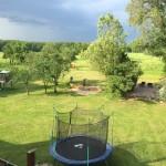 Was für ein Ausblick! Der Garten des Ferienhauses steht auch den Gästen der Ferienwohnung Fleesensee zur Verfügung - von der Gartensauna bis zum Trampolin und Spielgerüst