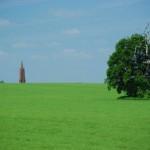 Die Inselstadt Malchow (Klosterturm) ist nur eine kurze Fahrt entfernt.