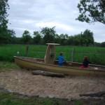 Fischerboot und Sandkasten in Einem - unser Spiel-Unikat im Garten